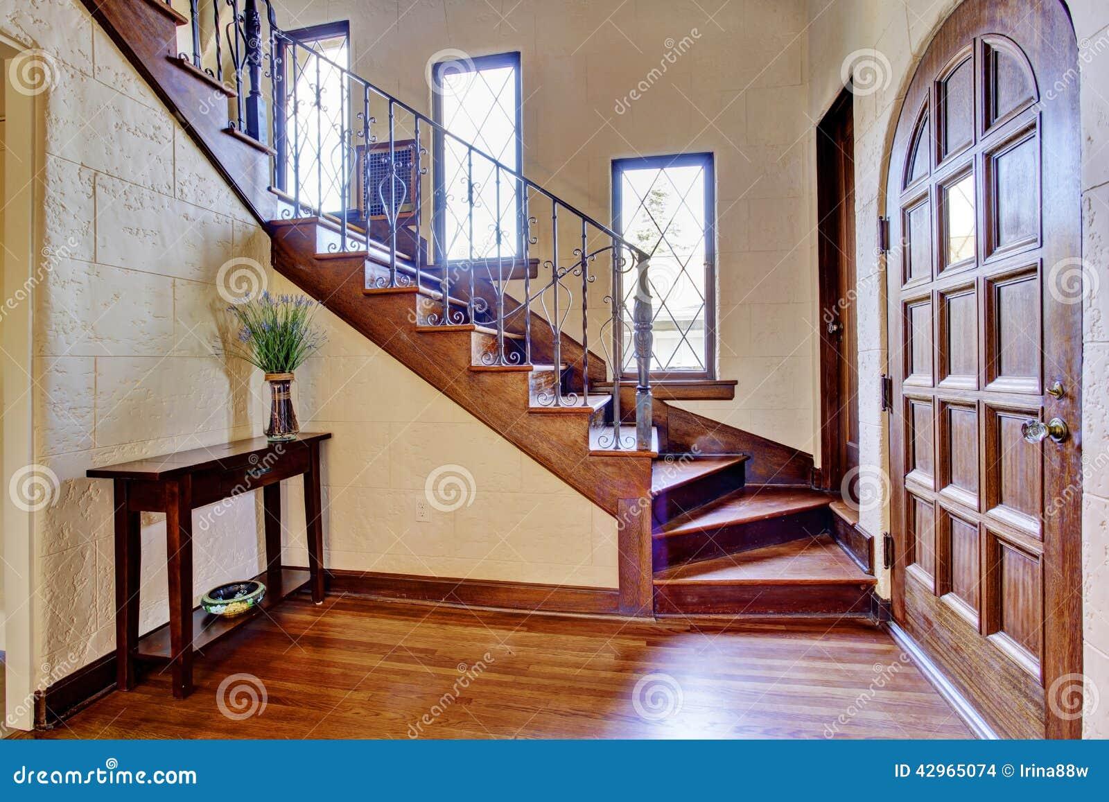 Interior de lujo de la casa vest bulo de la entrada con la for Casas con escaleras interiores