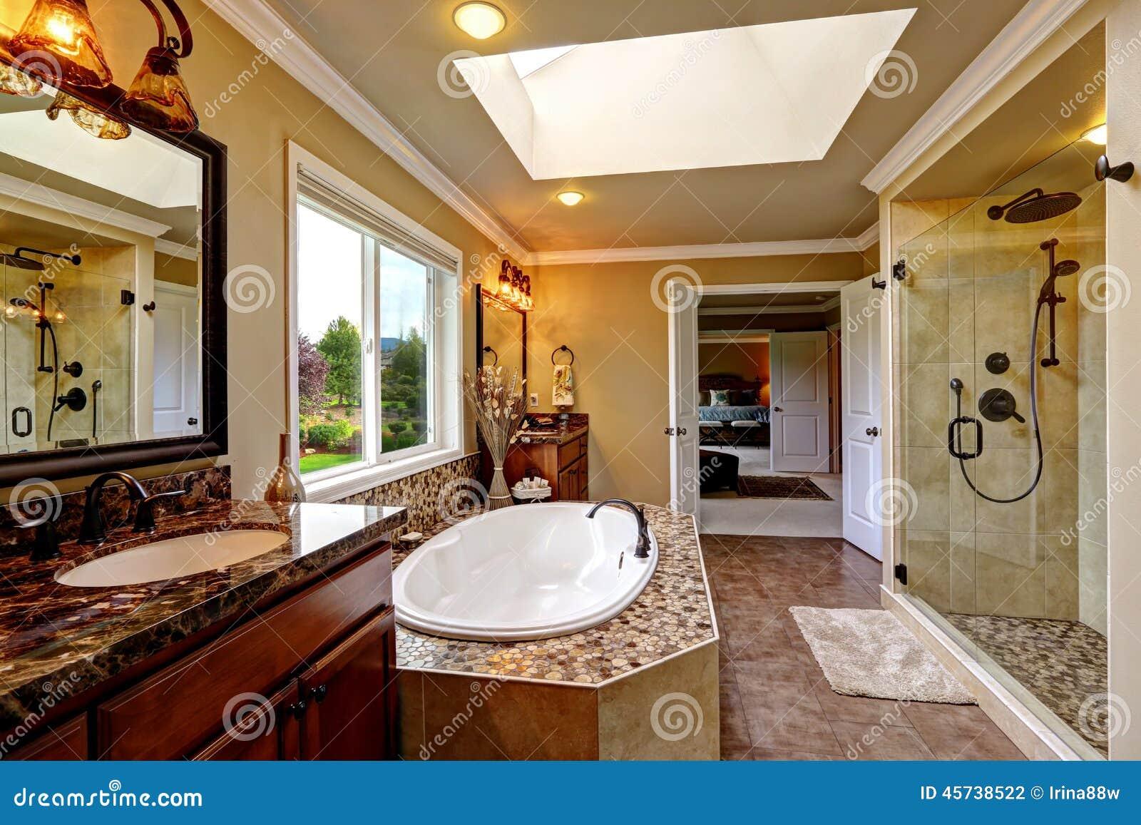 Interior de lujo del cuarto de ba o con la ducha de la for Banos con tina y ducha