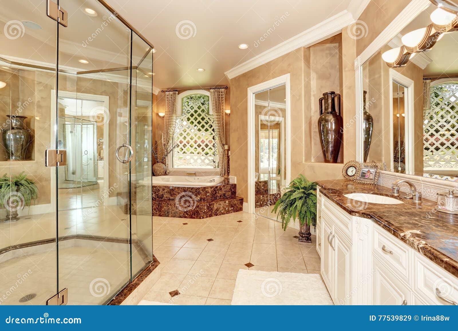 Interior de mármore luxuoso bonito do banheiro na cor bege