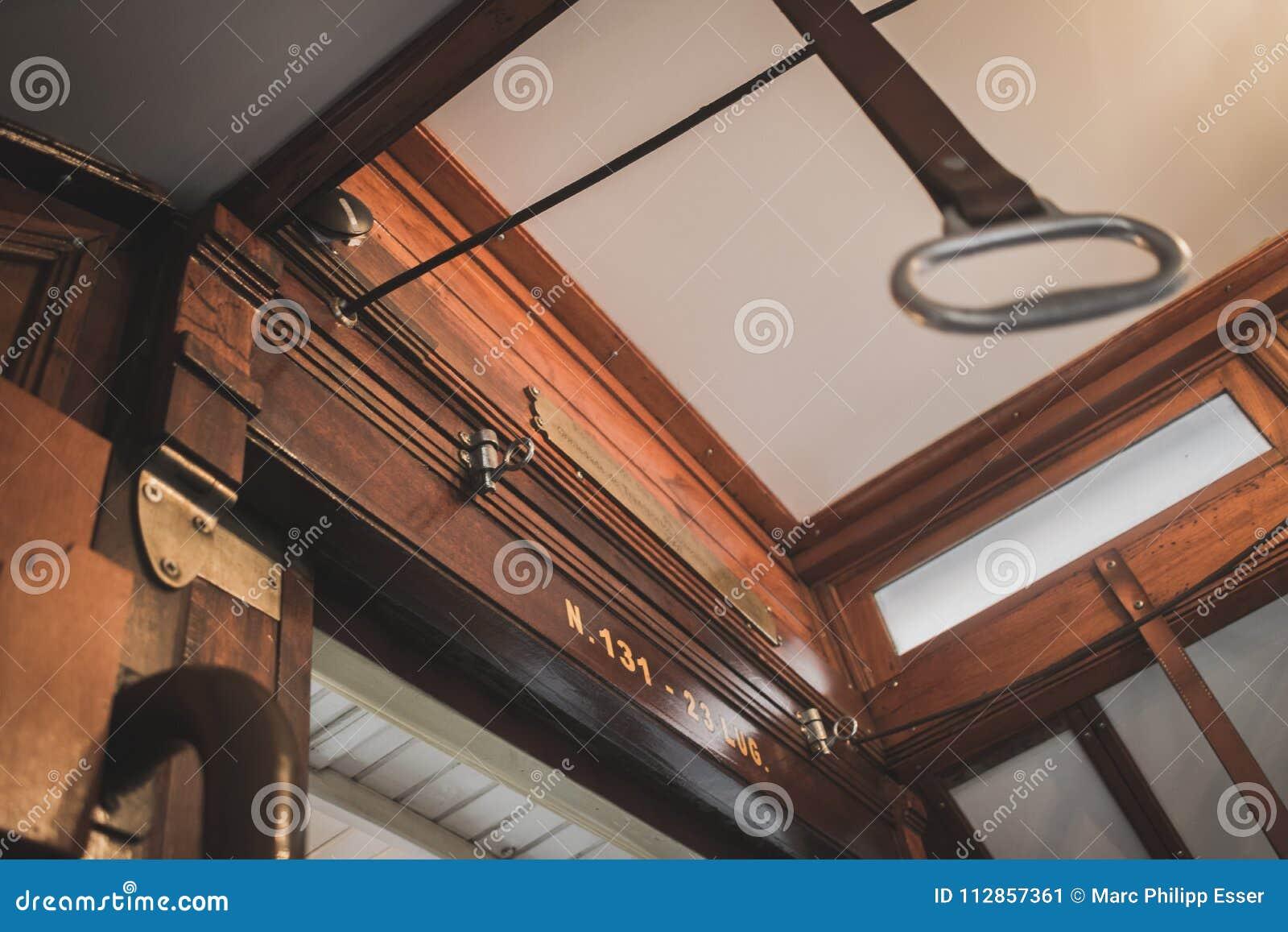 Interior de madera de la tranvía pasada de moda del transporte público s