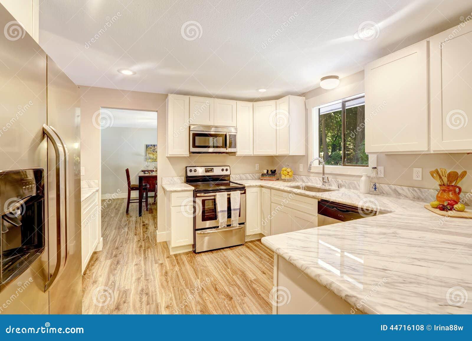 Interior de restauraci n de la cocina con los gabinetes for Gabinetes de cocina blancos
