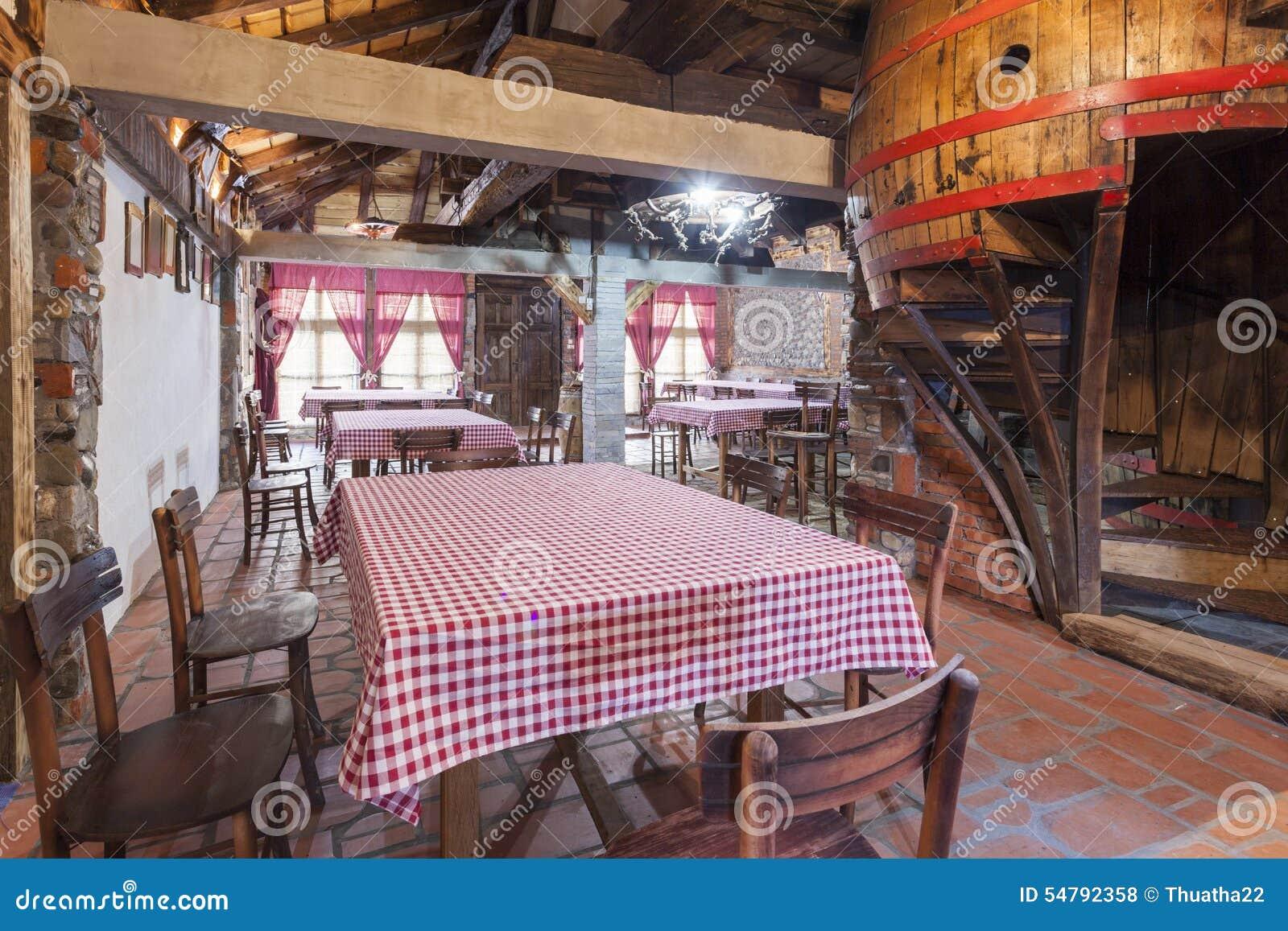 Interior de um restaurante rústico do vinho