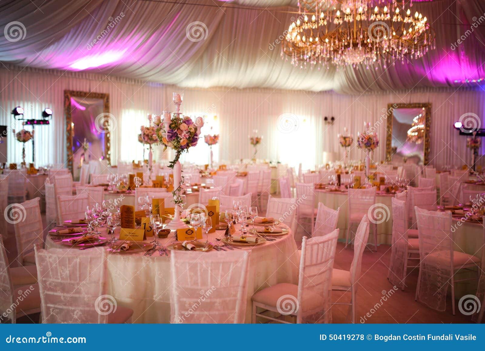 Interior de uma decoração branca luxuosa da barraca do casamento pronta para convidados