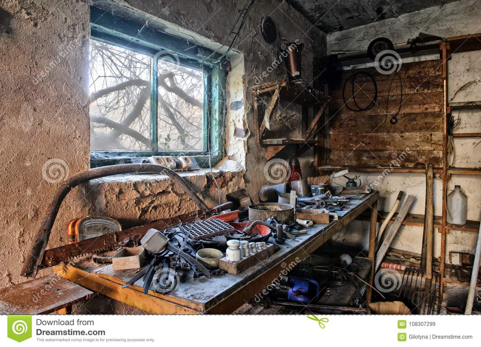 Interior De Uma Garagem Suja Velha Imagem De Stock Imagem De Velha Garagem 108307299