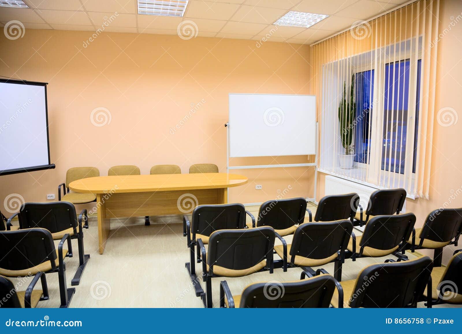Interior de uma sala de conferências em tons cor-de-rosa