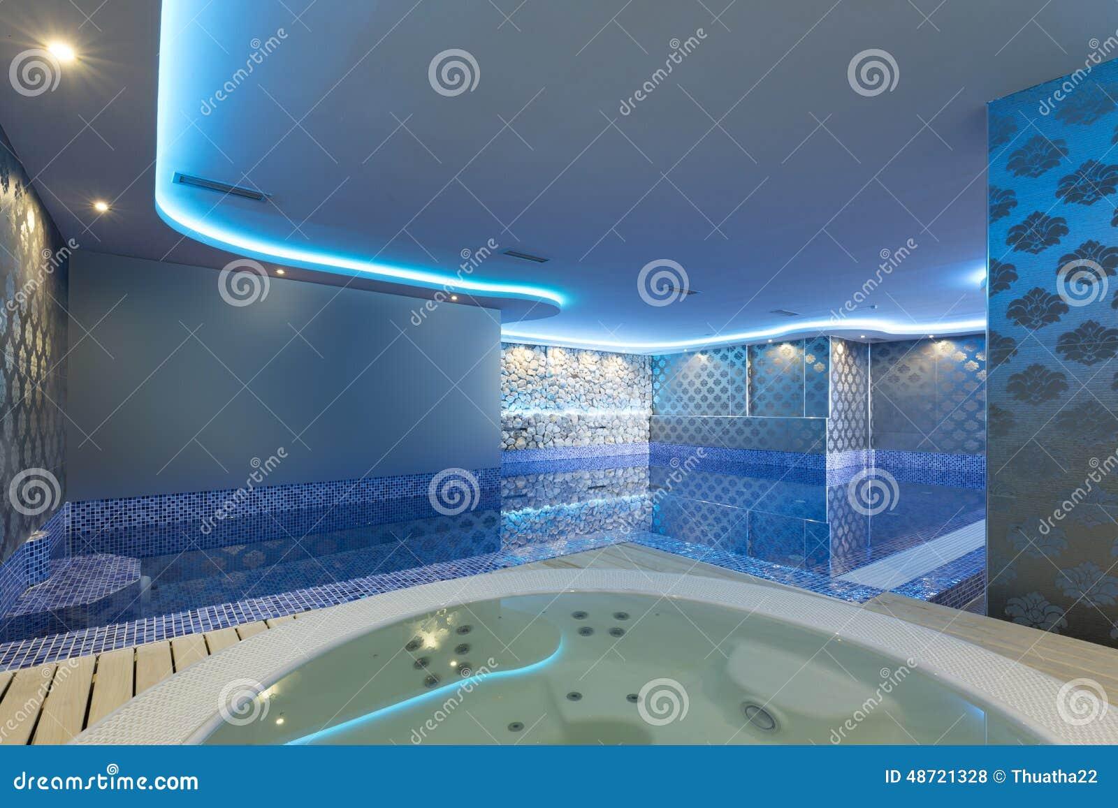 Interior de un centro de lujo del balneario con el ba o - Jacuzzi de lujo ...