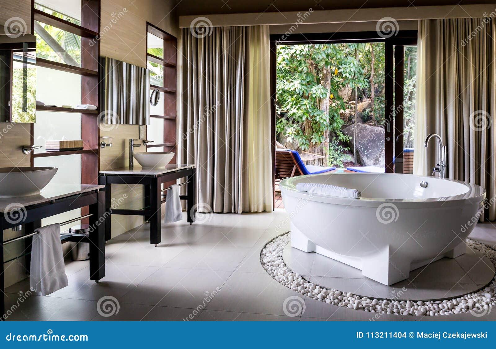 Interior De Un Cuarto De Baño Moderno Foto de archivo ...