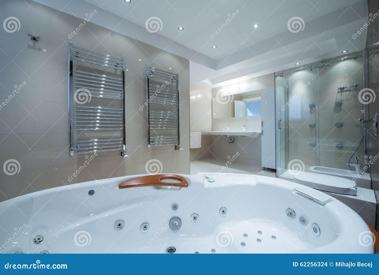 interior de un cuarto de bao de lujo con la tina de jacuzzi imagenes de archivo