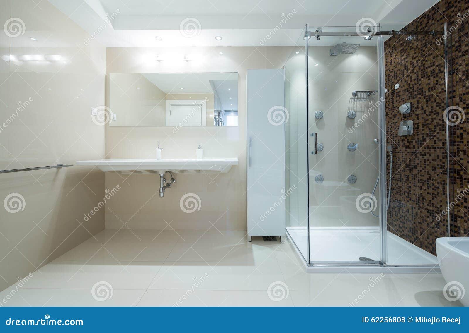 Interior de un cuarto de ba o moderno con la cabina de la - Cabinas de duchas de bano ...