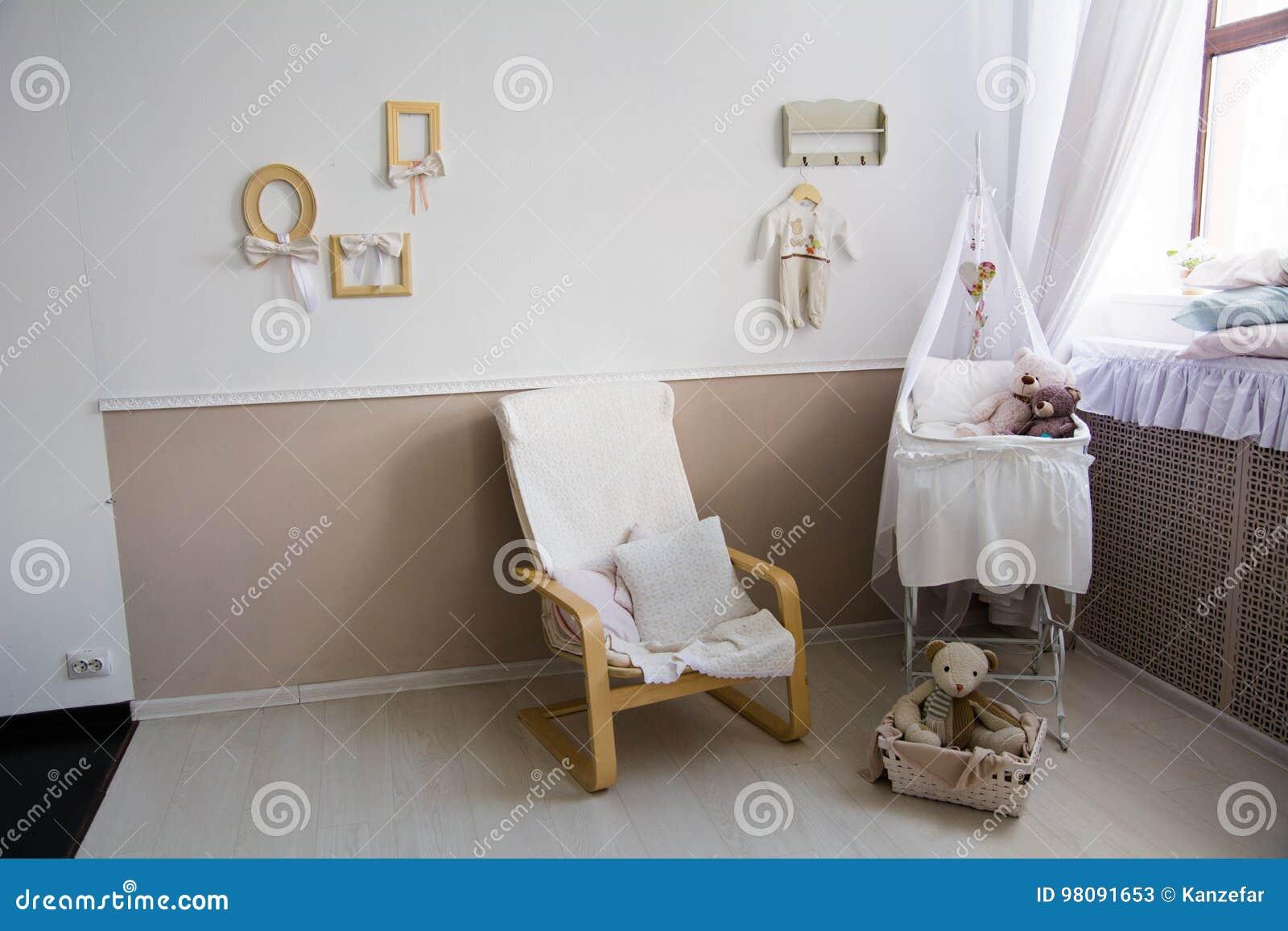 Interior de un cuarto de niños con un pesebre para un bebé
