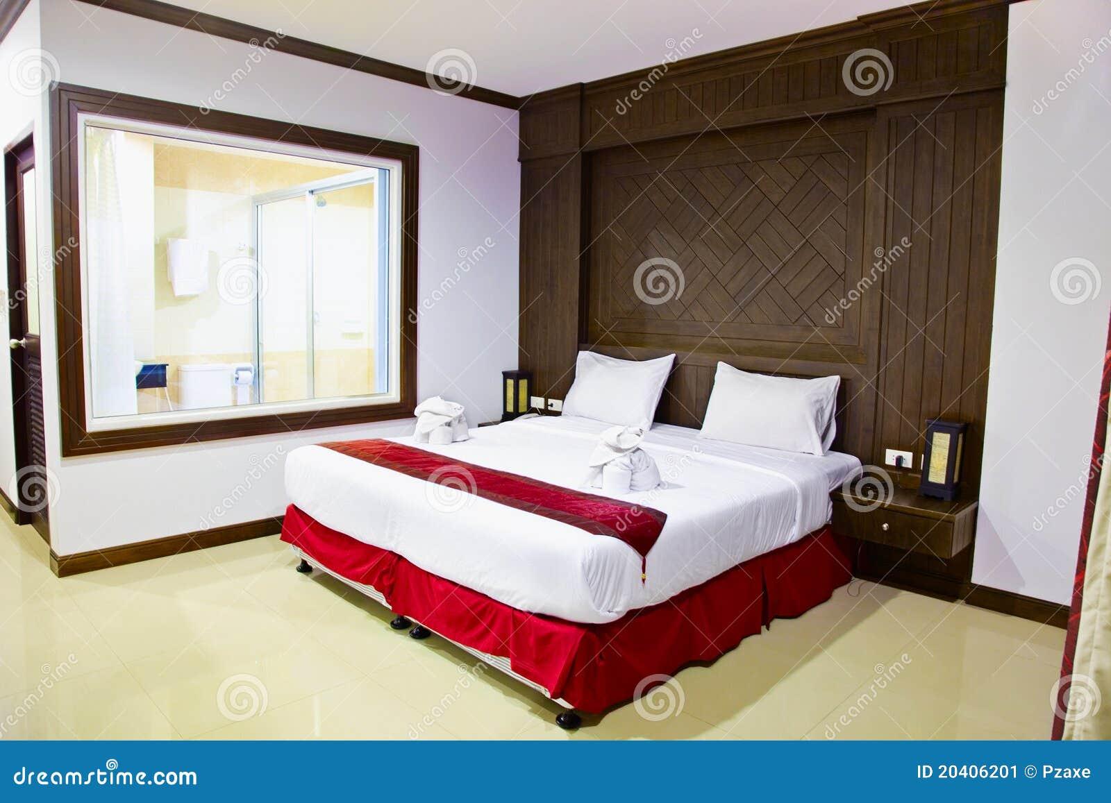 Interior de un cuarto en hotel cama grande imagen de for Cama grande