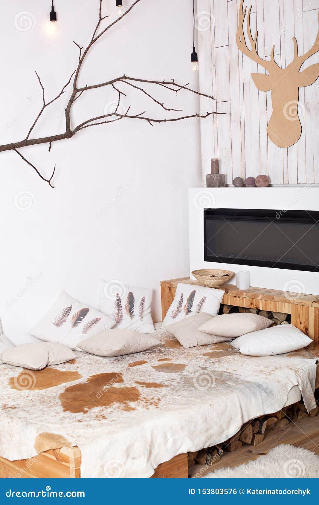 Interior de un dormitorio de madera moderno en el estilo rural rústico cama con las almohadas cerca de la chimenea eléctrica Hoga