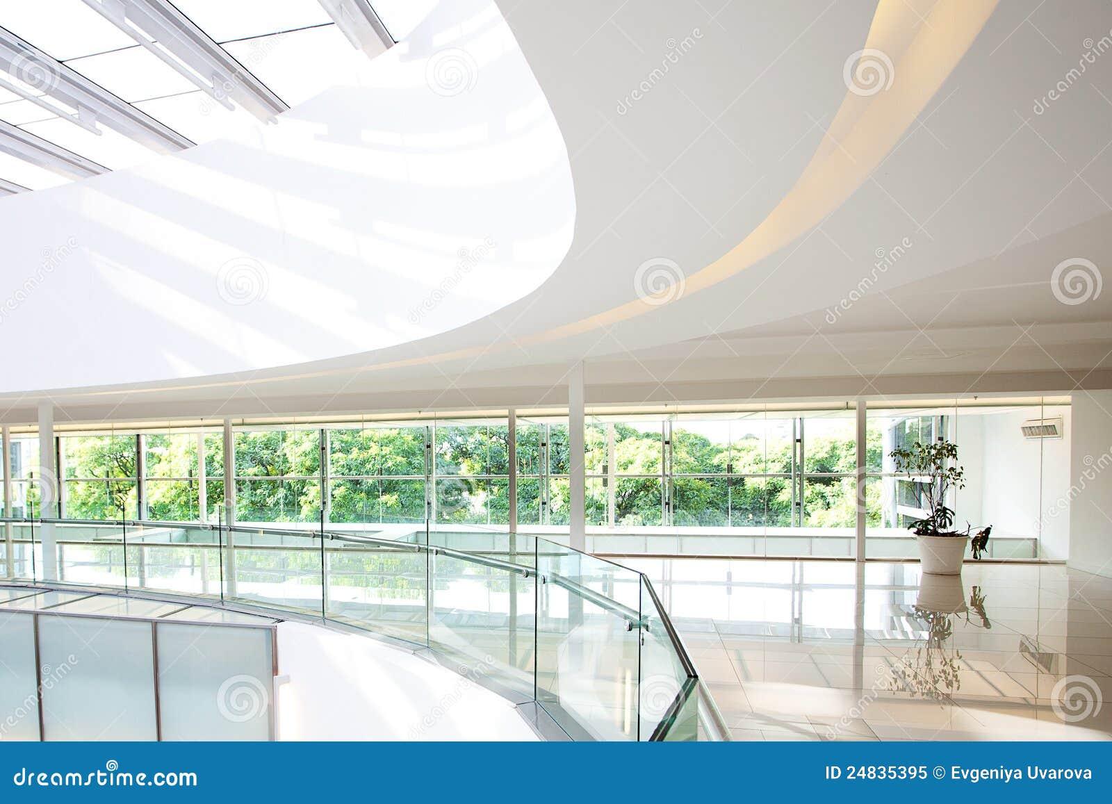 Interior de un edificio de oficinas moderno
