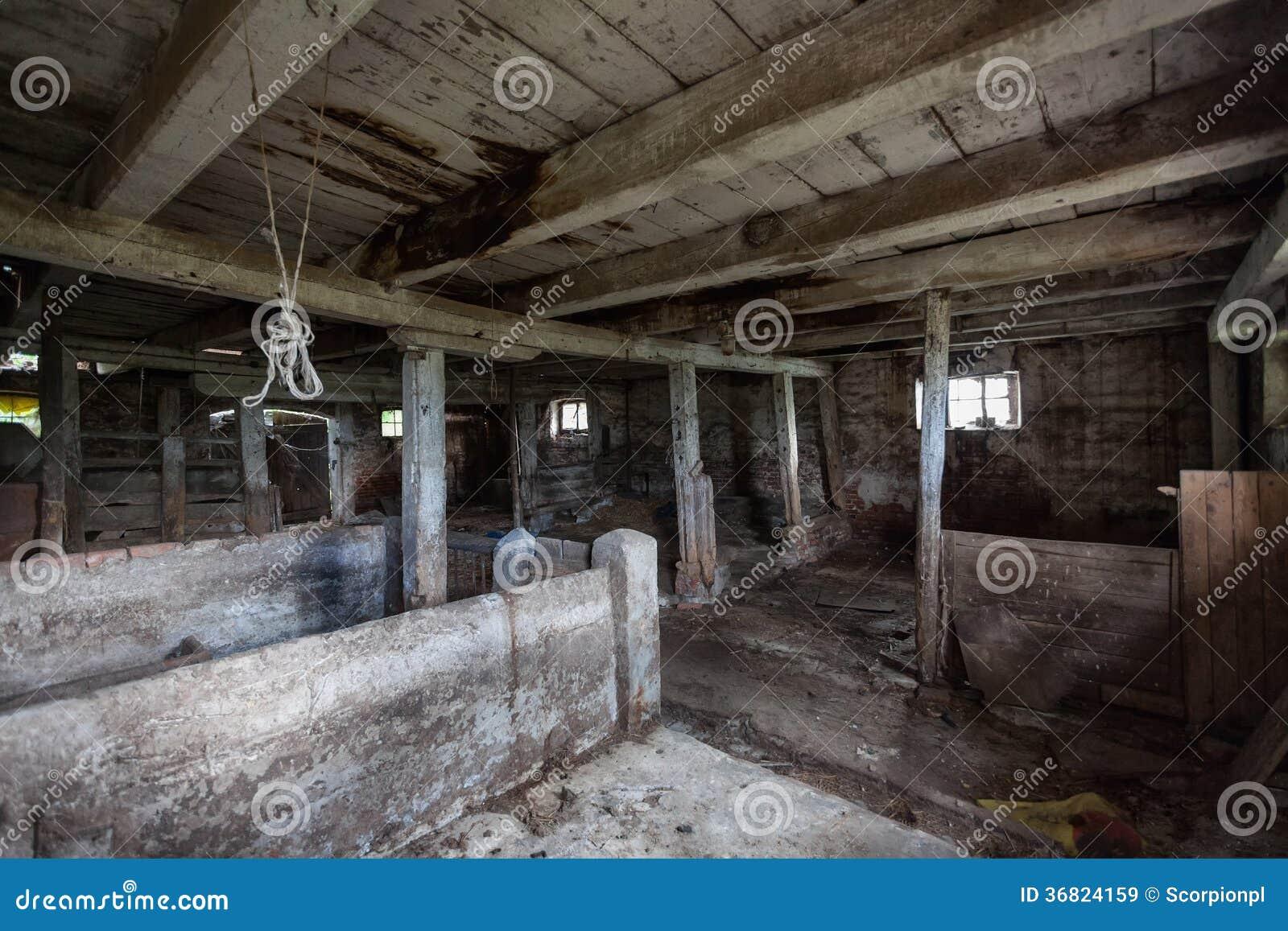 Interior de un granero viejo, de decaimiento