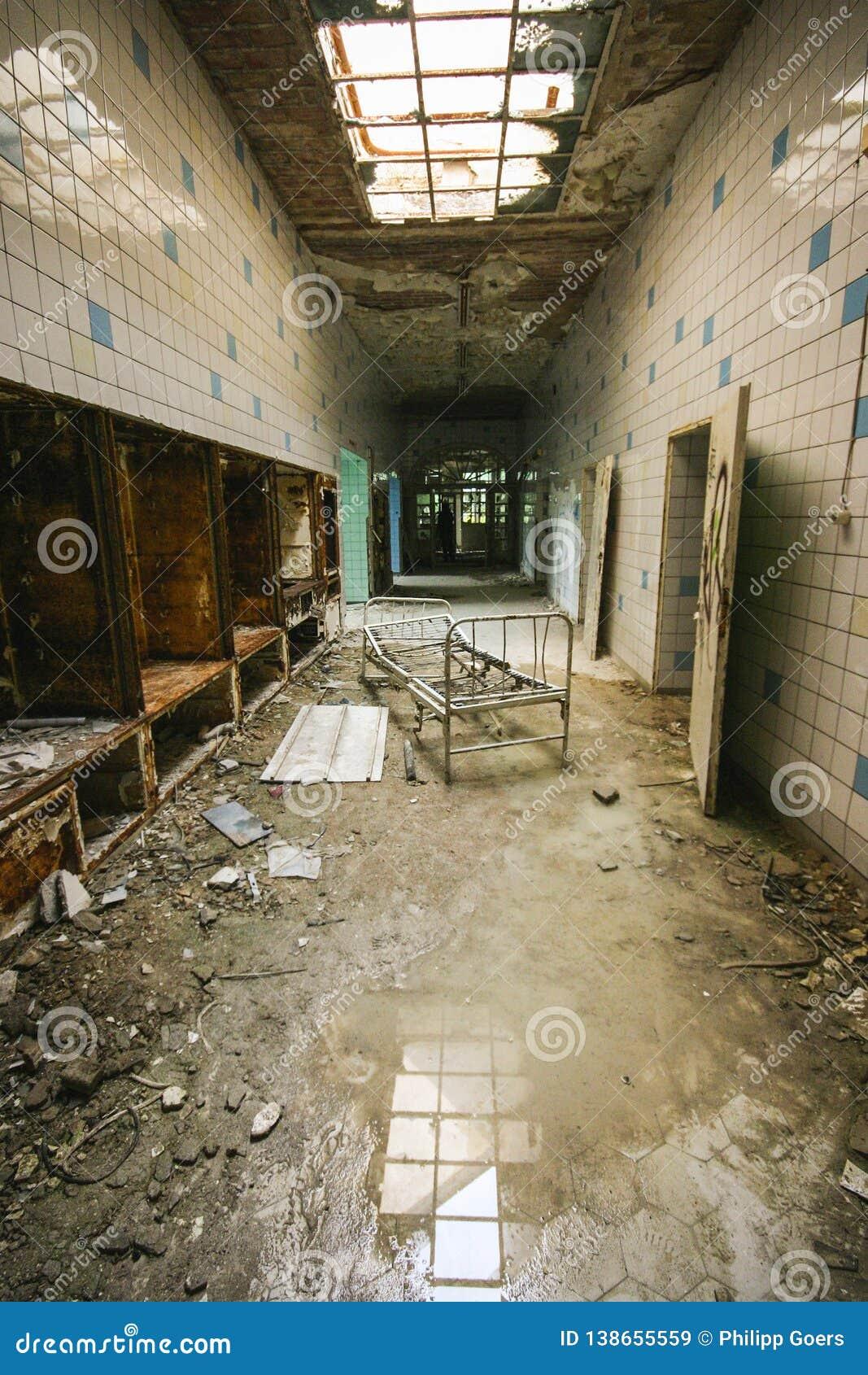Interior de un hospital abandonado viejo