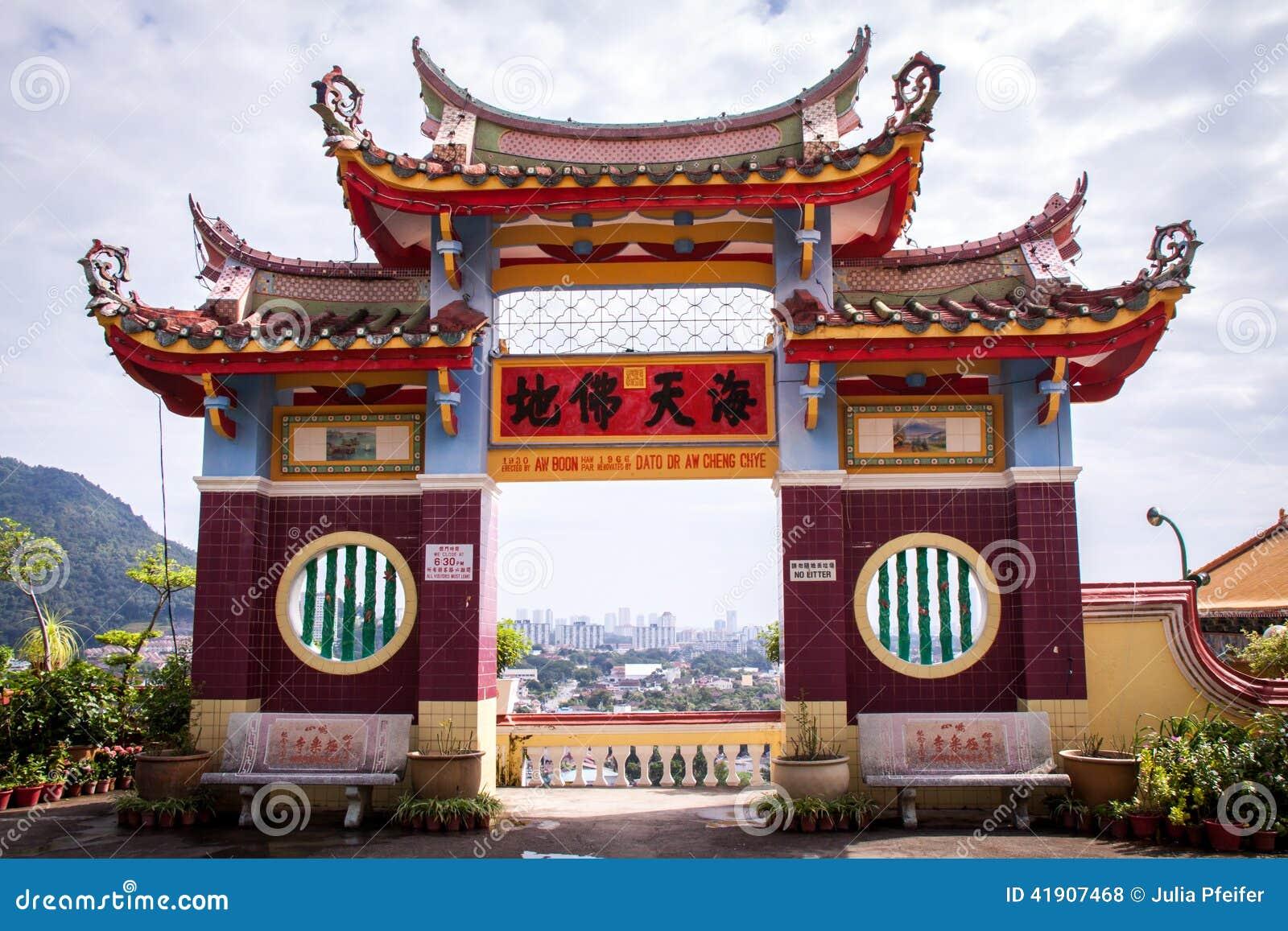 Interior de un templo asiático adornado