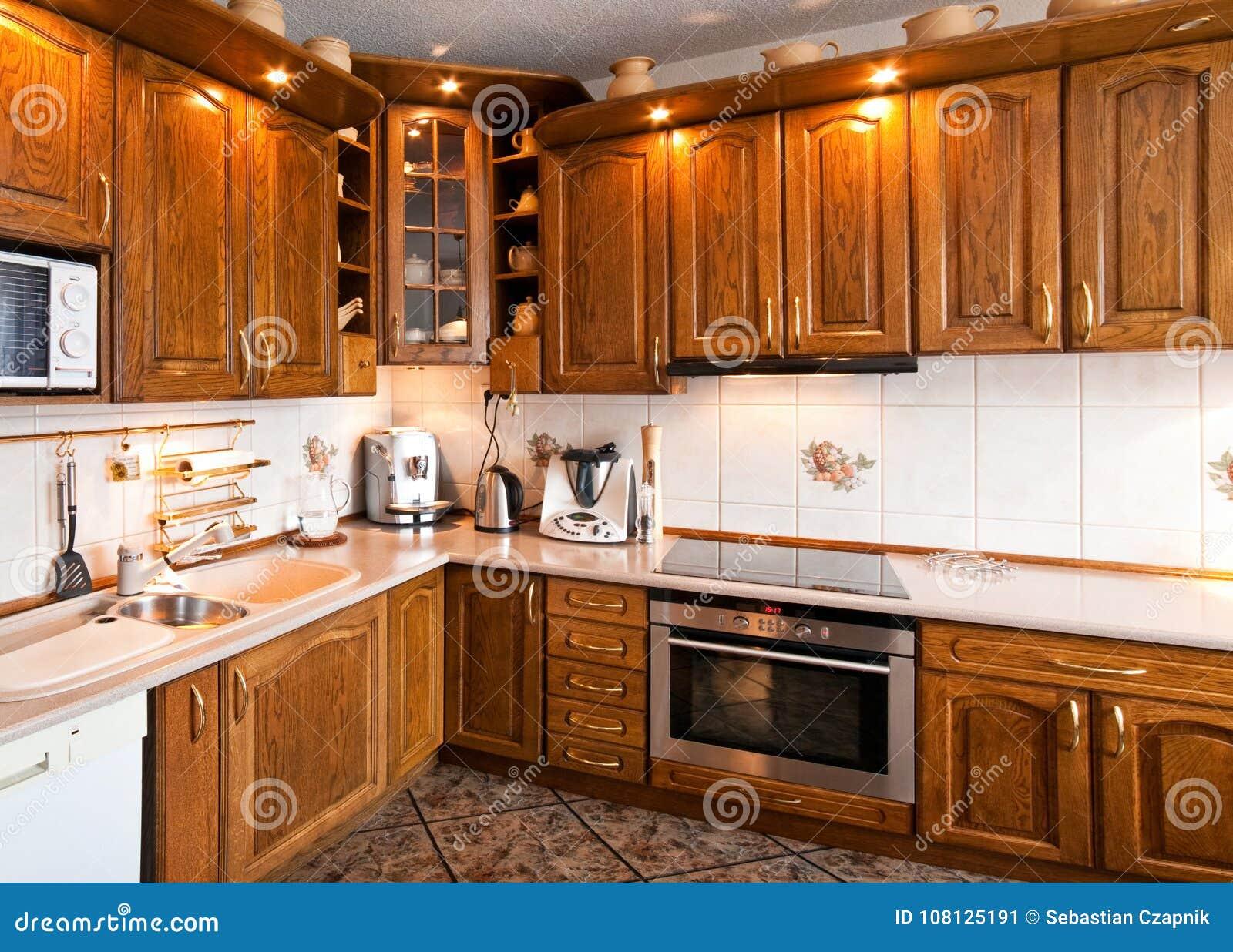 Interior De Una Cocina Clasica Con Muebles De Madera Imagen De - Cocina-clsica
