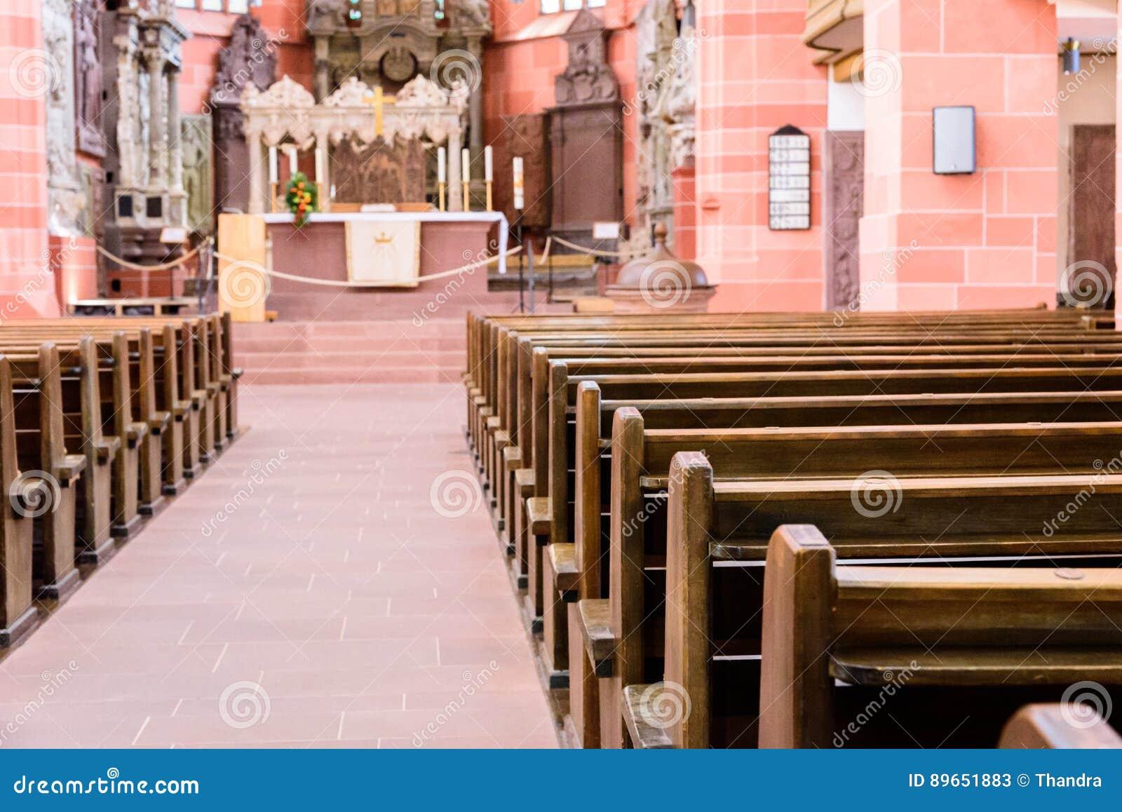 Interior de una iglesia cat lica vieja hermosa de debajo for Pisos el encinar de los reyes