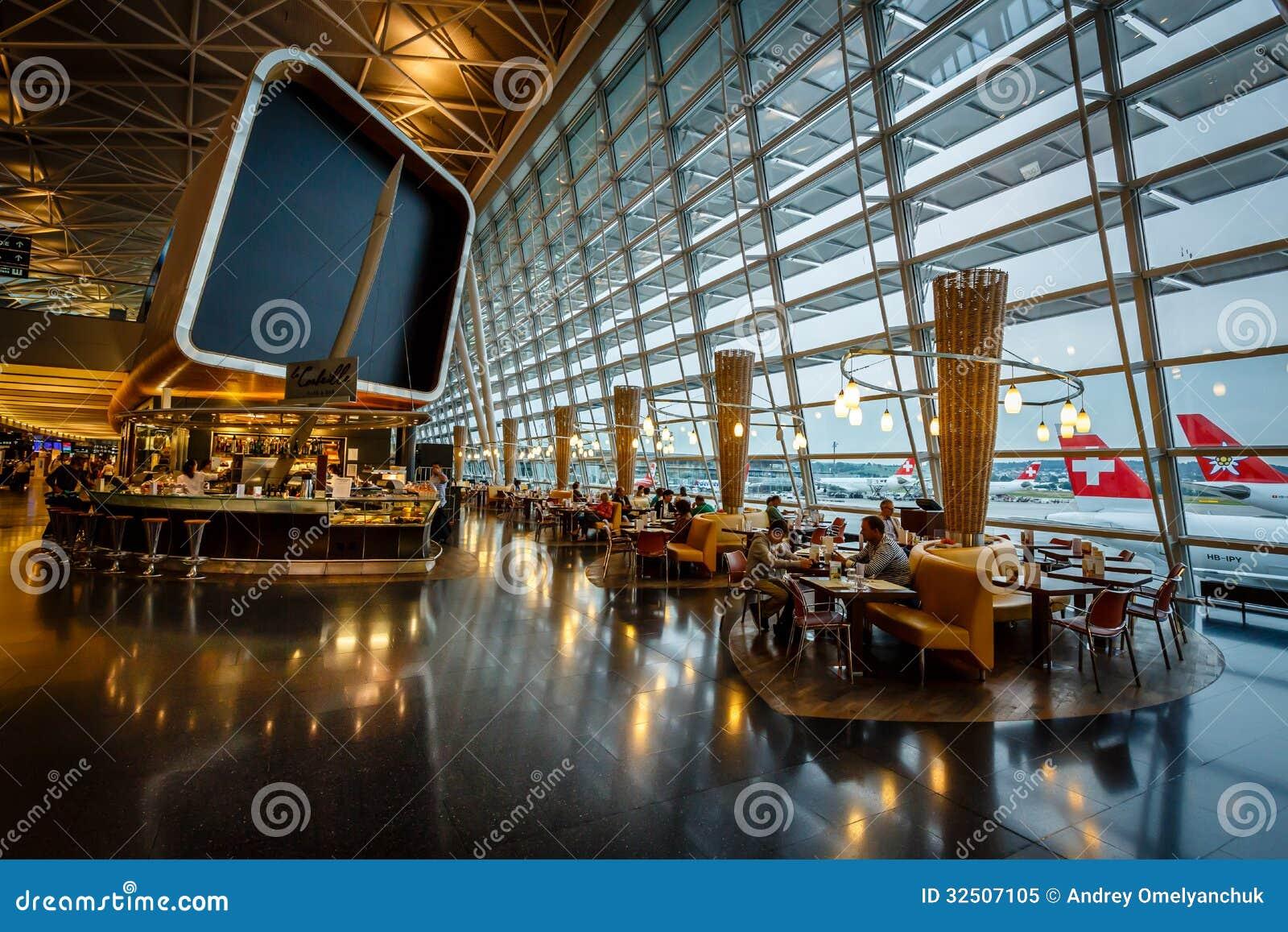 Interior del aeropuerto de Kloten en Zurich, Suiza