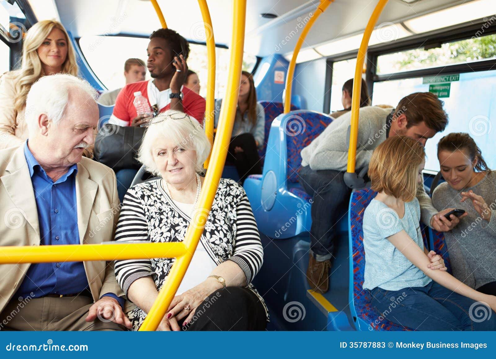 Interior del autobús con los pasajeros
