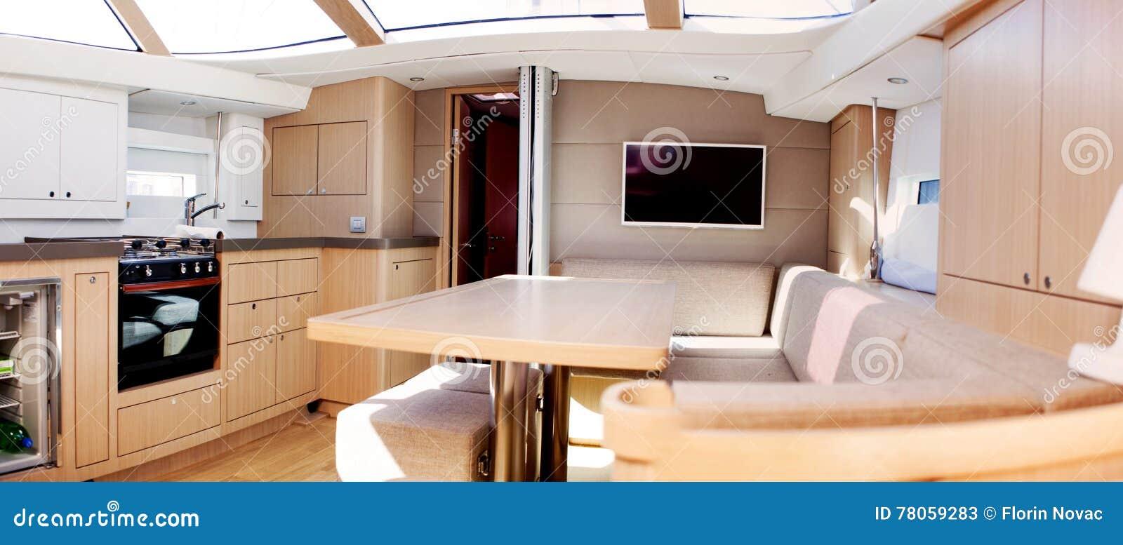 Interior del barco de navegación de lujo