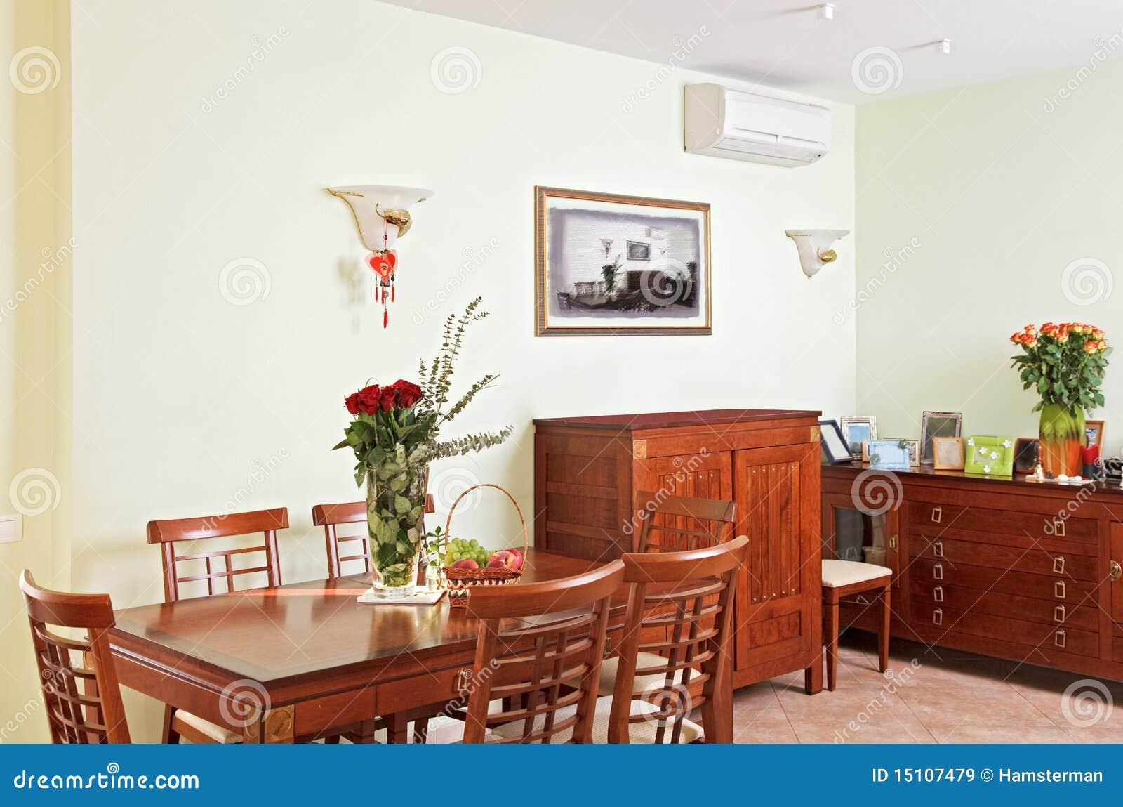 Interior Del Comedor Con Muebles De Madera Clásicos Imagen de ...