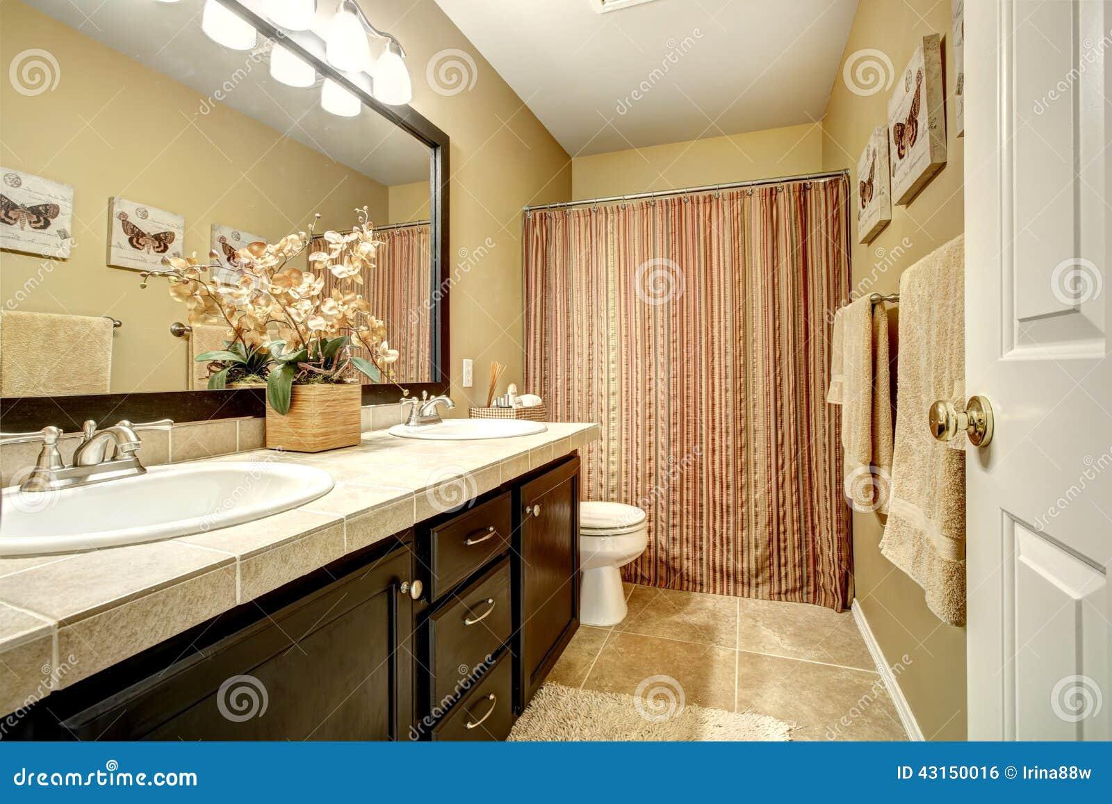 Gabinetes De Baño Pr:de baño con el gabinete de la vanidad del marrón oscuro, el suelo de