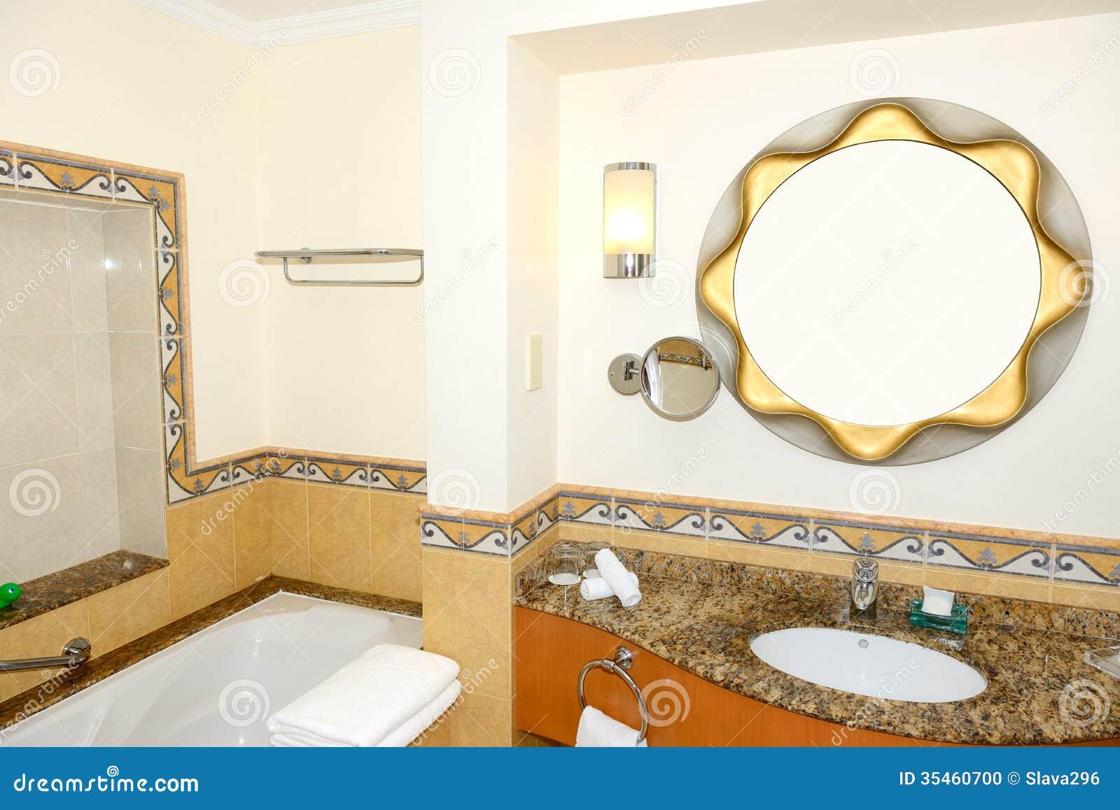 Interior del cuarto de ba o del hotel lujoso en la - Iluminacion cuarto de bano ...