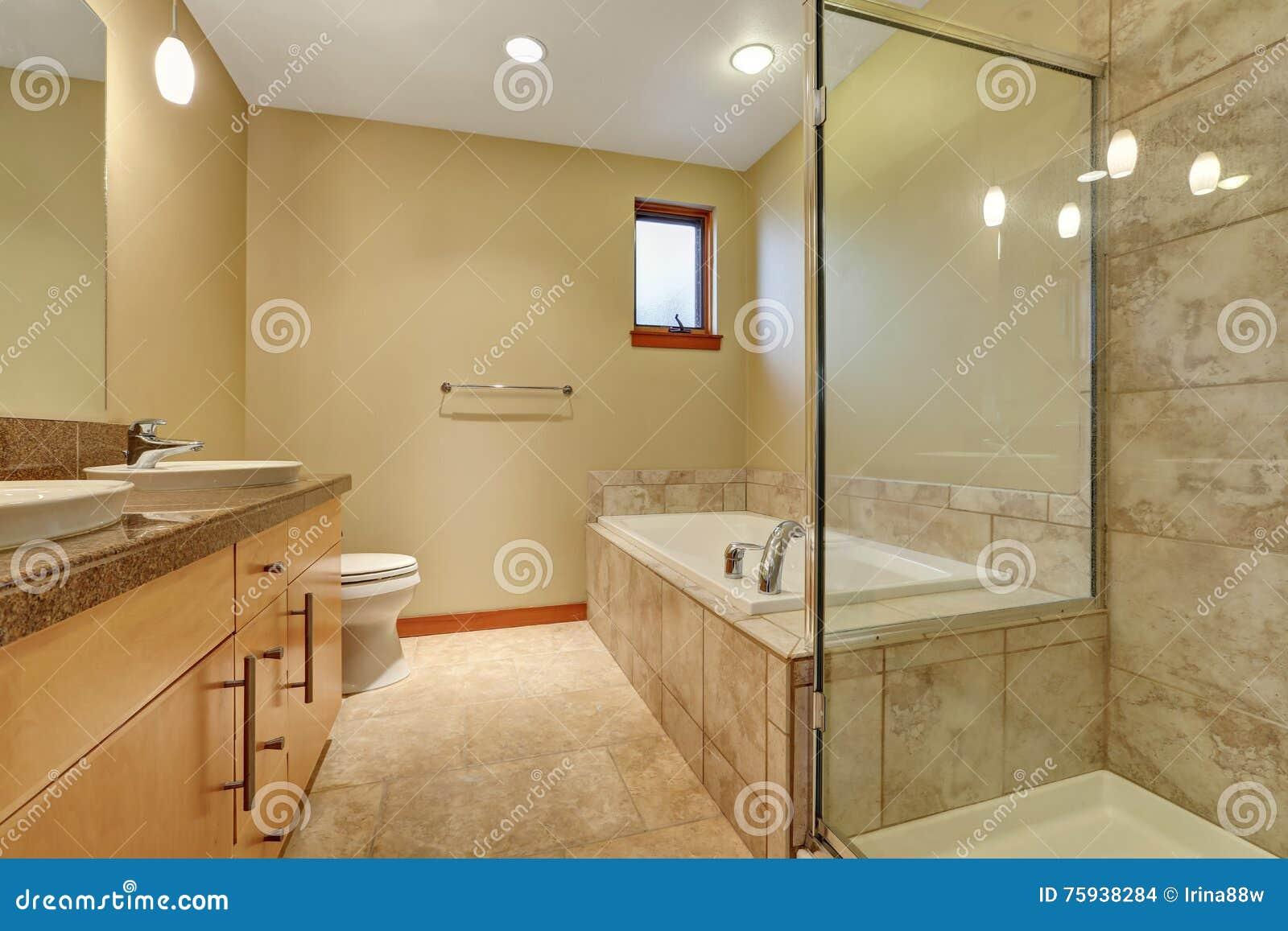 Interior del cuarto de ba o en tonos beige con el gabinete - Cuartos de bano beige ...