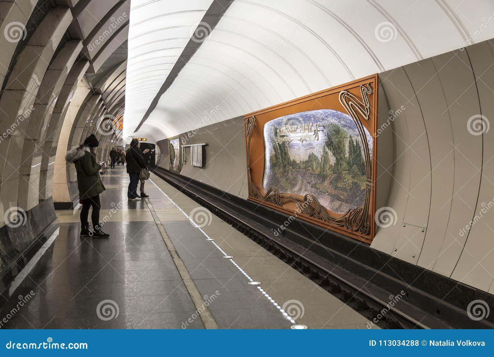 Interior del ` de Maryina Roshcha del ` de la estación de metro, Moscú,