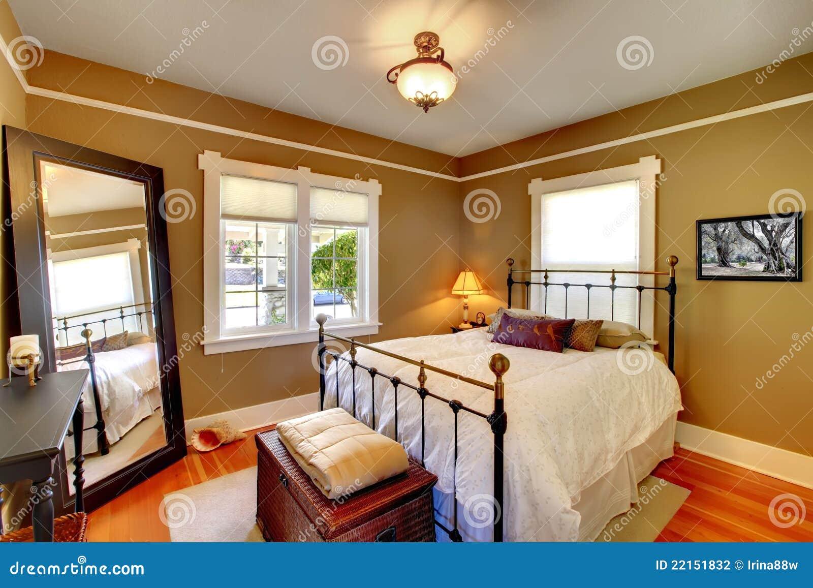 Interior del dormitorio con las paredes de oro.