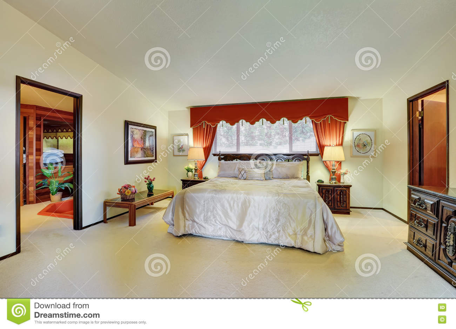 Interior Del Dormitorio Principal Con Las Cortinas Rojas Elegantes  ~ Cortinas Para Dormitorio Principal