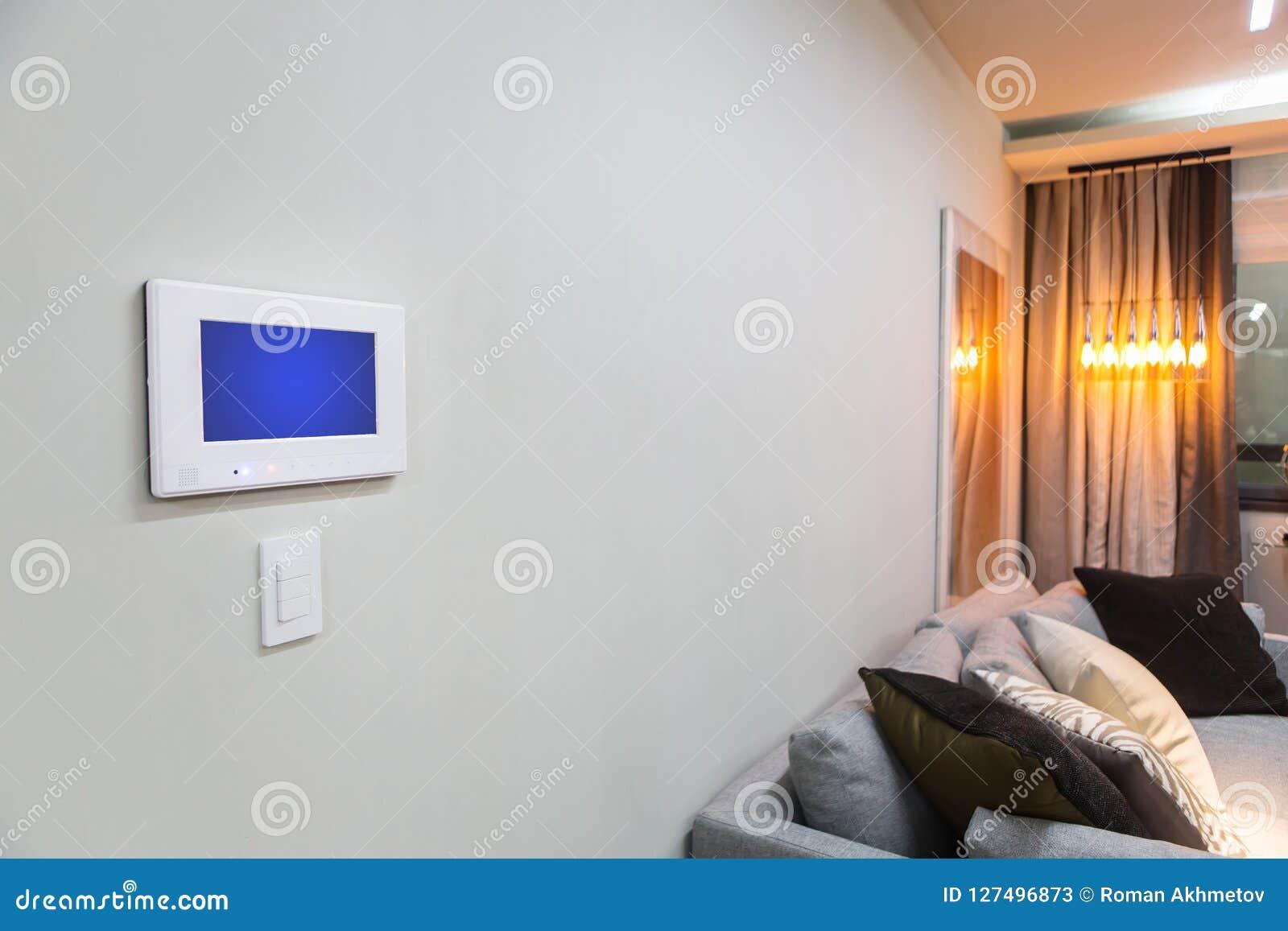 Interior del hogar con un ajuste casero elegante de la consola o del aire acondicionado de control - teledirigido