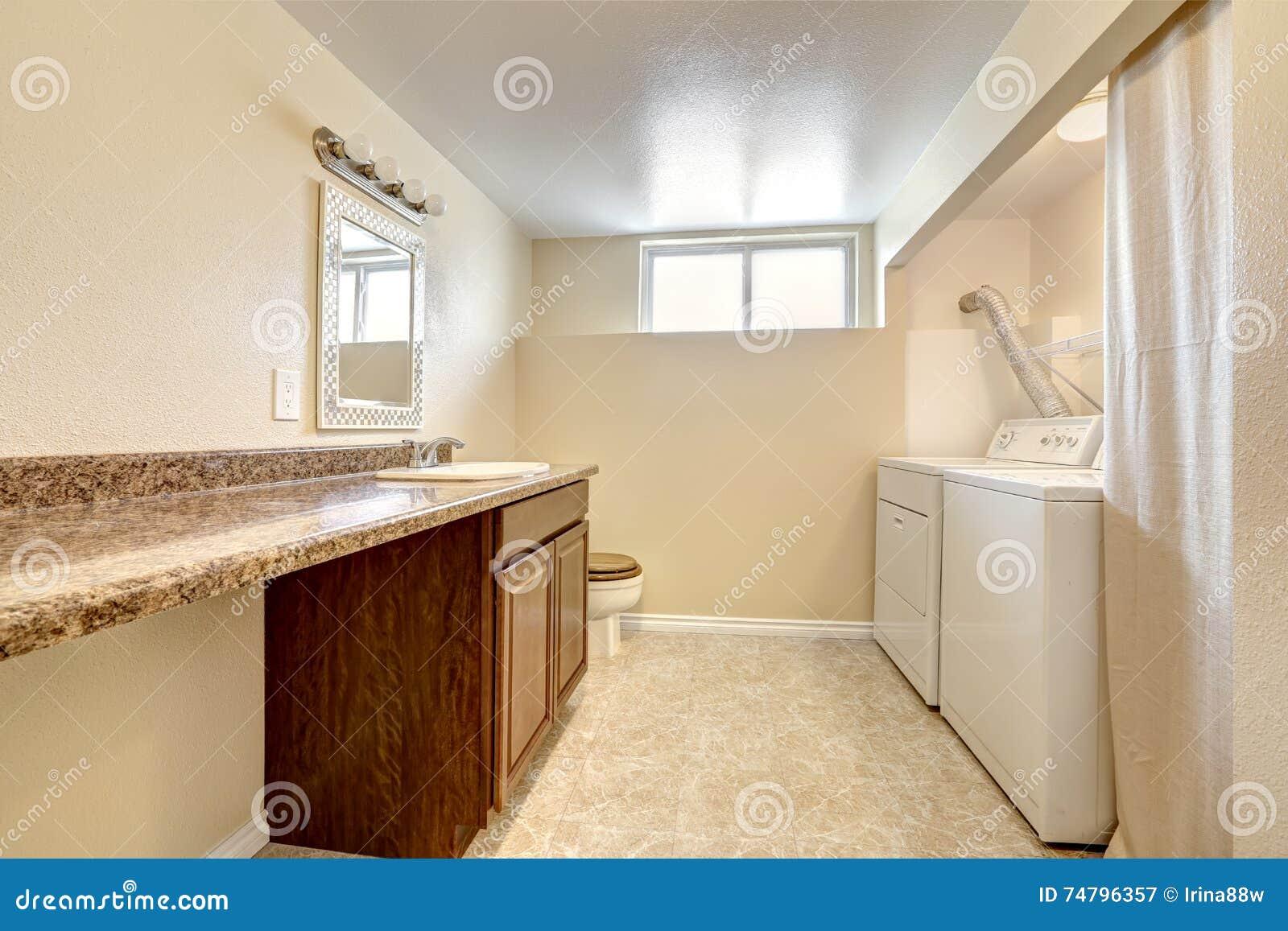 Interior del lavadero y del cuarto de ba o en tonos suaves for Lavadero de bano precio