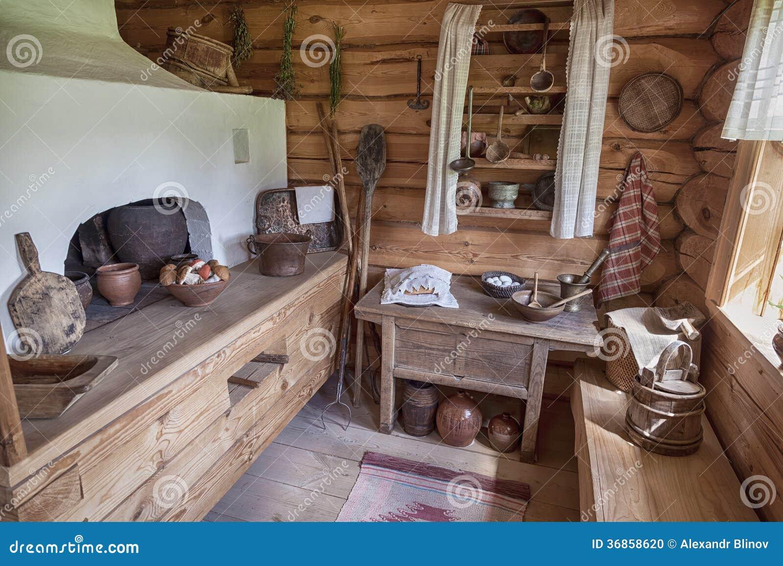 Interior del museo Suvorov. Cocina tradicional rusa con la estufa
