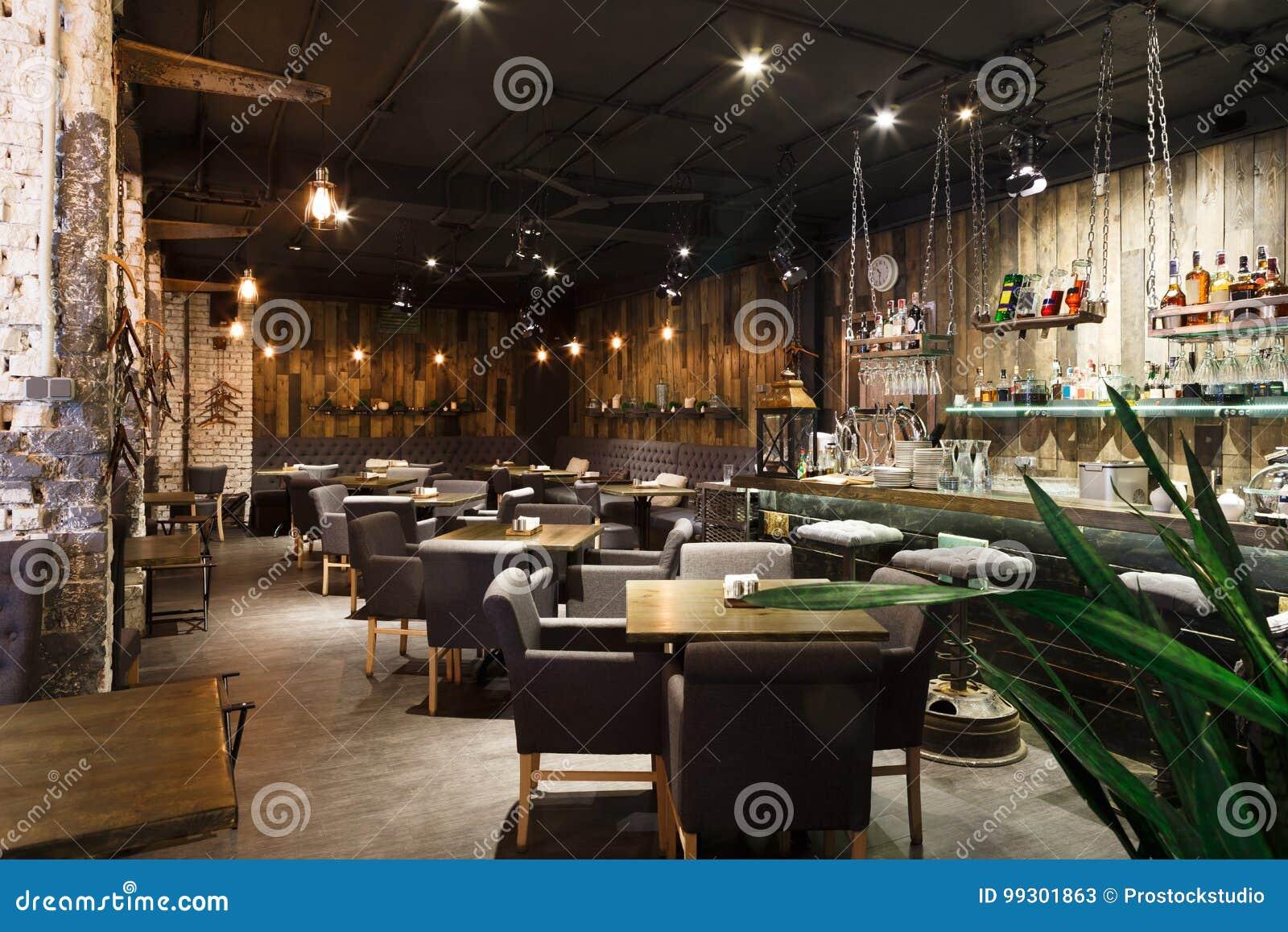 Interior del restaurante acogedor, estilo del desván