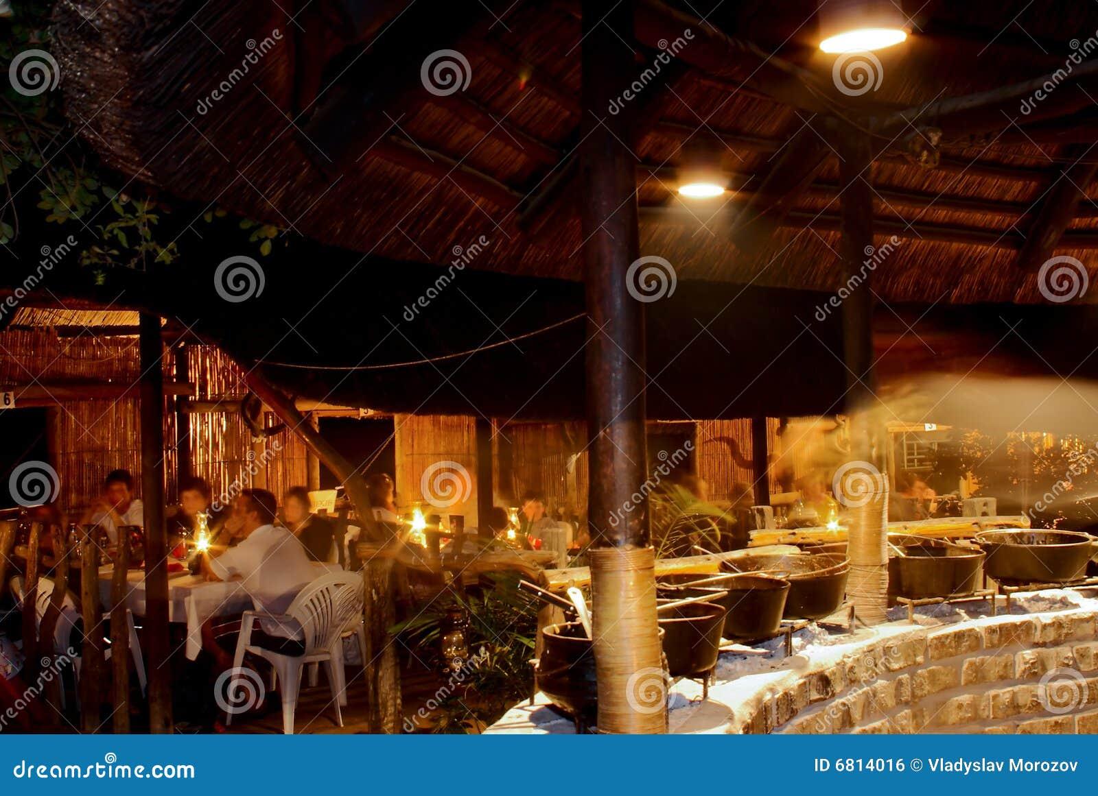 Interior del restaurante del safari del aire abierto en la noche