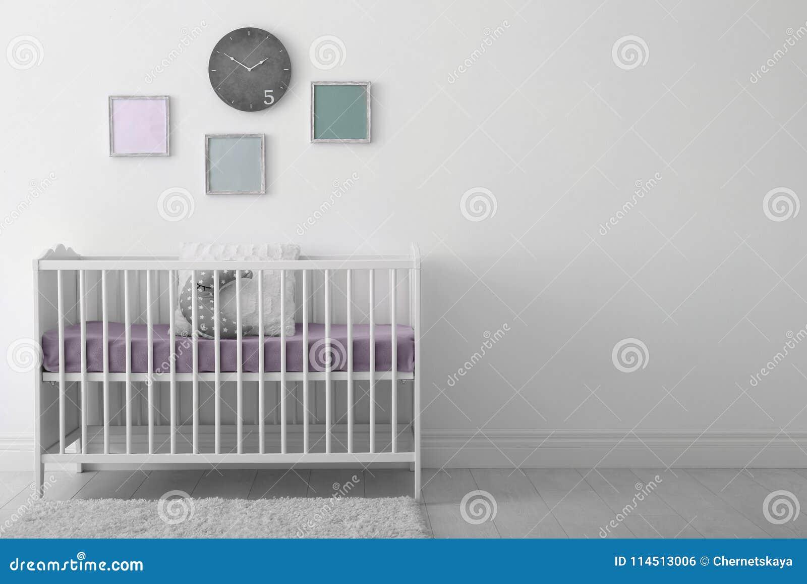 Interior del sitio del bebé con el pesebre
