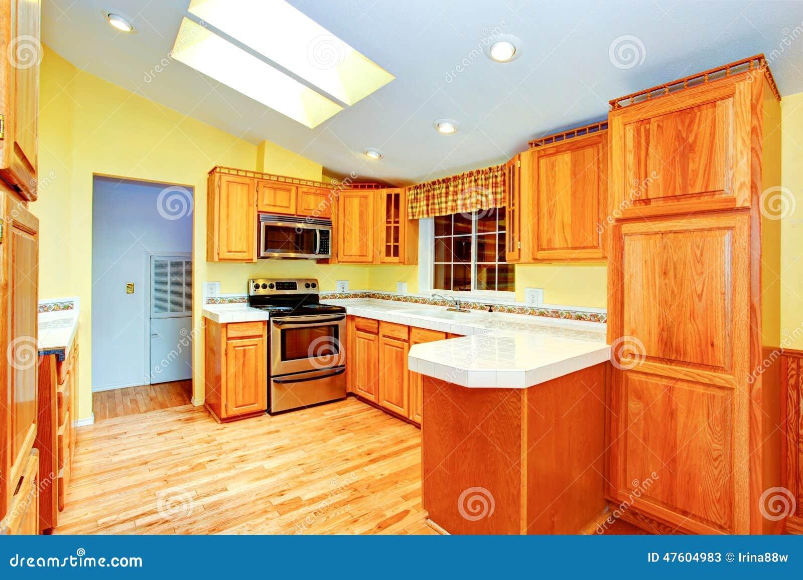 Interior del sitio de la cocina de la casa del campo con - La cocina en casa ...