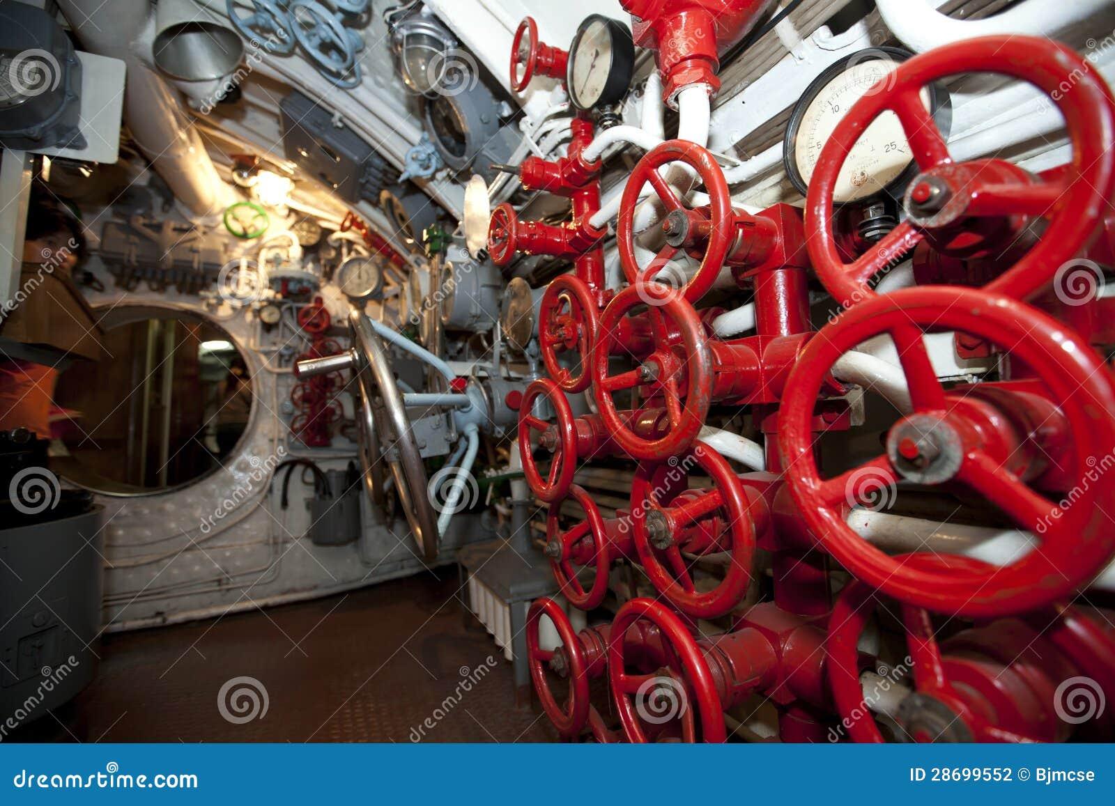 Interior del submarino de rusia fotograf a de archivo for Interior submarino