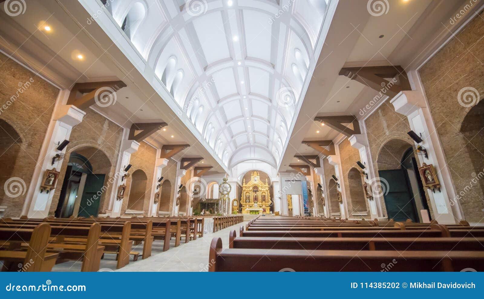 Interior dentro do templo católico nas Filipinas Paroquianos e turistas perto da cena da natividade do Natal