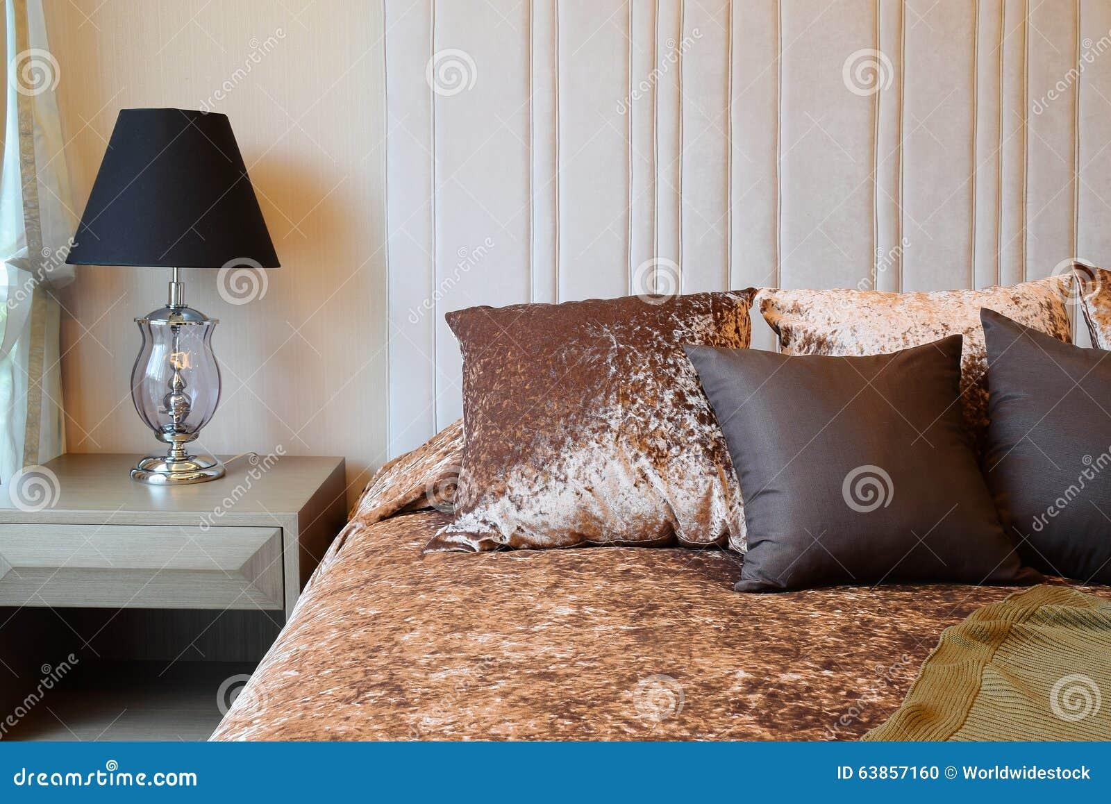 interior design della camera da letto con i cuscini di marrone del ... - Cuscini Camera Da Letto