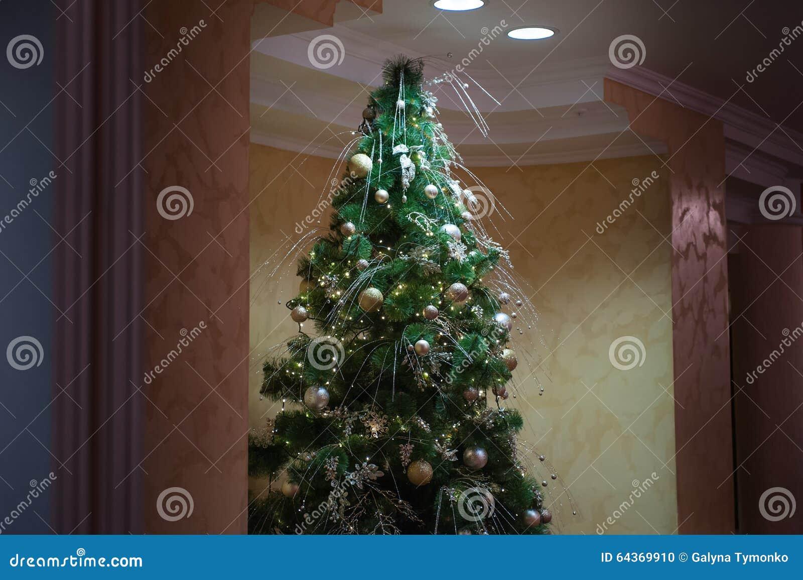 Interior design della stanza di Natale, albero di natale decorato dai giocattoli dei regali dei presente delle luci