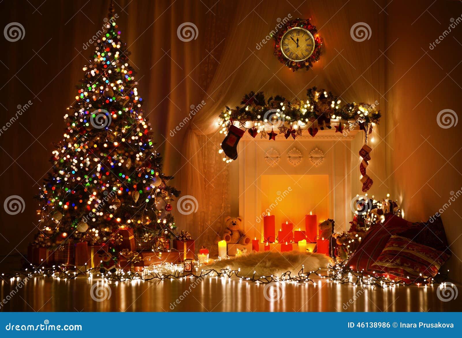 Interior design della stanza di Natale, albero di natale decorato dalle luci