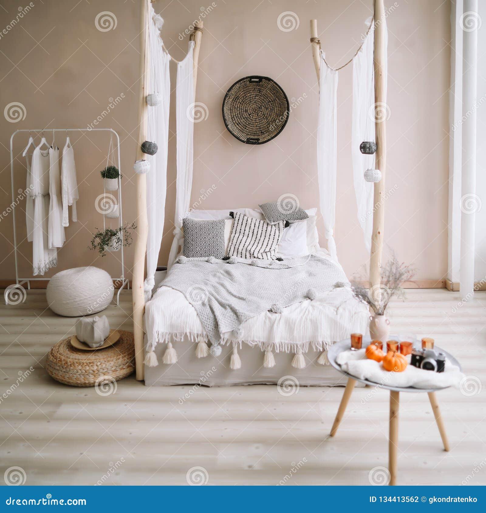 Interior design domestico moderno Interno esotico della camera da letto, stile scandinavo