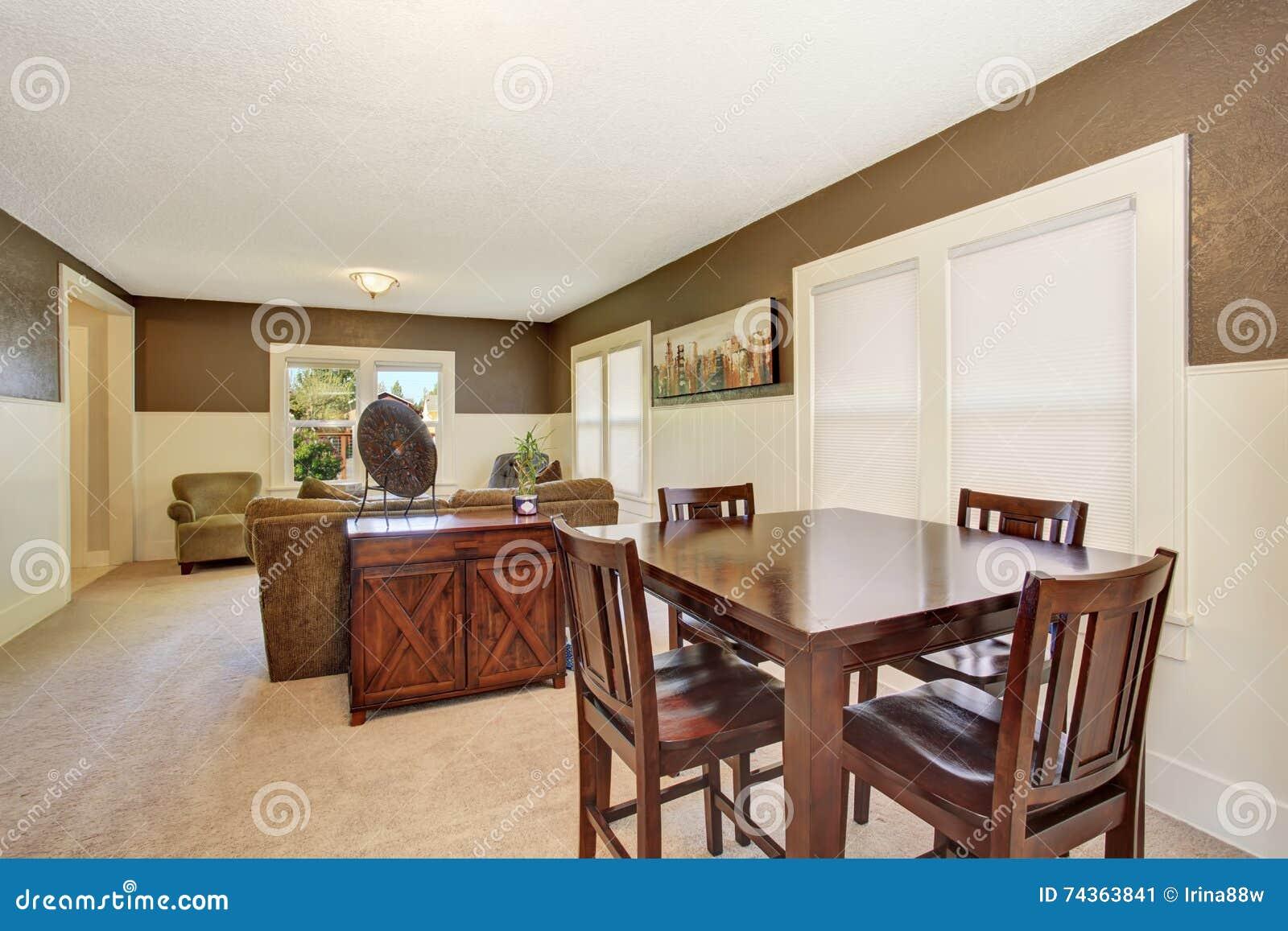 Interior design la tavola di legno di brown ha messo nella for Tavola sala da pranzo