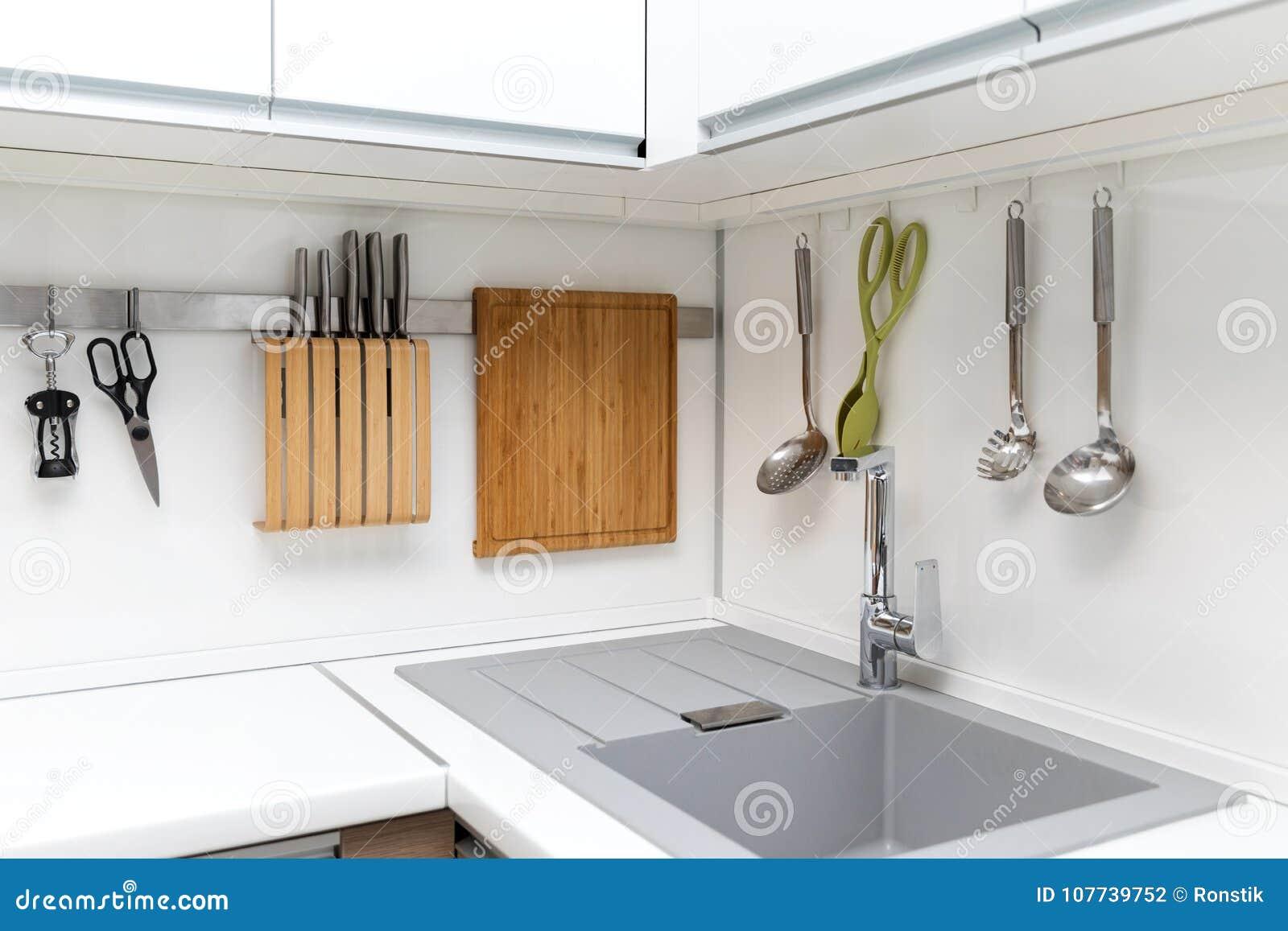 Interior Design Lucido Bianco Della Cucina Con Gli Utensili D ...