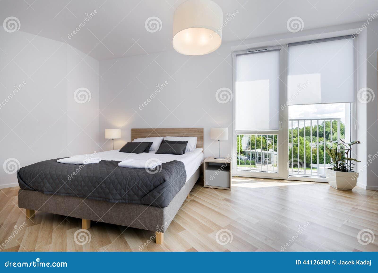Interior design luminoso e comodo della camera da letto for Design della camera da letto