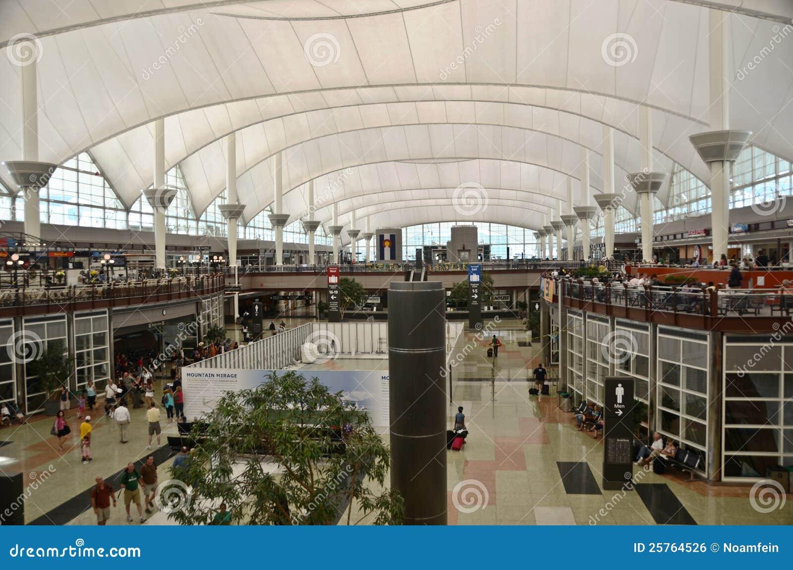 Aeroporto Denver : Interior do aeroporto de denver foto editorial imagem