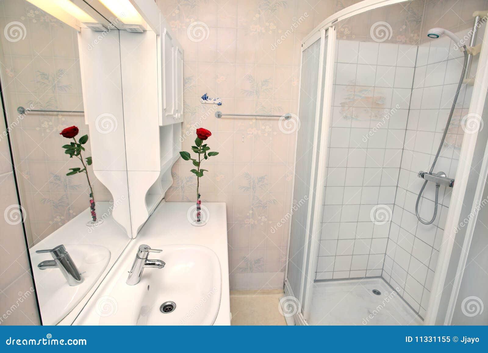 Interior Do Banheiro Branco Pequeno Foto de Stock Royalty Free  Imagem 1133 -> Banheiro Pequeno Simples Branco